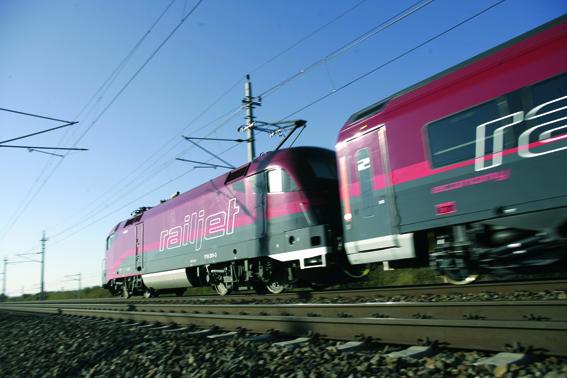"""Der """"railjet"""" fährt mit outdooractive-Technologie."""