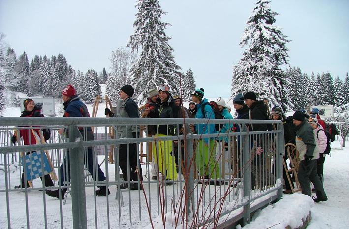 Auch die gesamte outdooractive.com-Truppe kann Rodeln nur empfehlen! Hier geht es zu Beginn unserer Weihnachtsfeier mit dem Schlitten hoch auf den Imberg bei Oberstaufen. Die anschließende Rodelpartie war eine großartige Gaudi!
