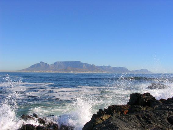 Blick von Robben Island auf Kapstadt und den Tafelberg. Foto: Matthias Kniese