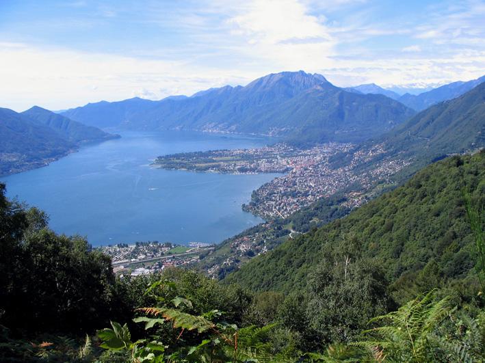 Tiefblick auf das Nordende des Lago Maggiore, Locarno und das Maggiadeltal. Foto: Silke Hertel