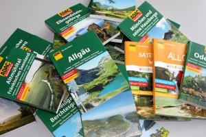 Ein Haufen Bücher: Die ADAC-Wanderführer, geschrieben von unserer Tourenredaktion