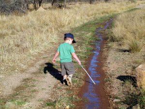 Spielendes Kind beim Wandern