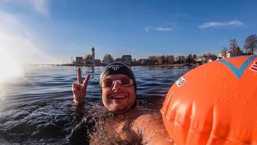 Paul im Bodensee mit Schwimmbrille und Boje